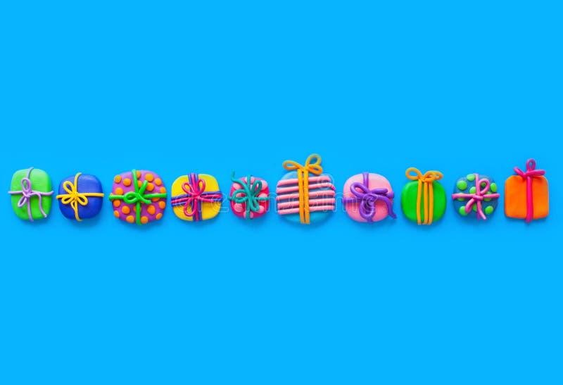 Beaucoup de petits cadeaux de pâte à modeler Fond pour une carte d'invitation ou une félicitation photo stock