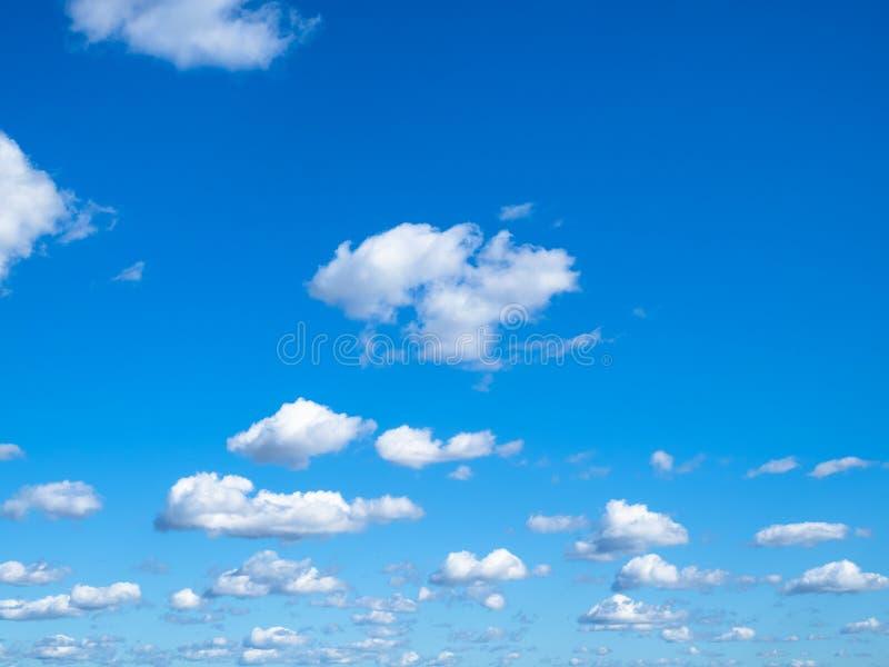 Beaucoup de petits nuages gonflés en ciel bleu dans le jour ensoleillé image stock