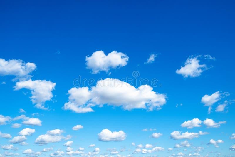 Beaucoup de petits nuages pelucheux en ciel bleu dans le jour ensoleillé photos libres de droits
