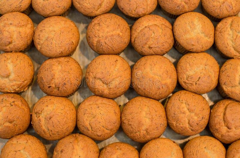 Beaucoup de petits pains de banane r Faits maison d?licieux de petit g?teau de banane sur le plateau en bois font cuire au four f photo libre de droits