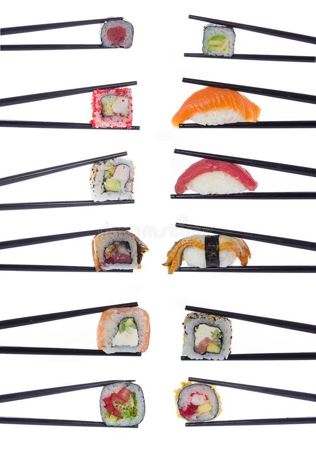 Beaucoup de petits pains de sushi en baguettes d'isolement sur le blanc photos libres de droits