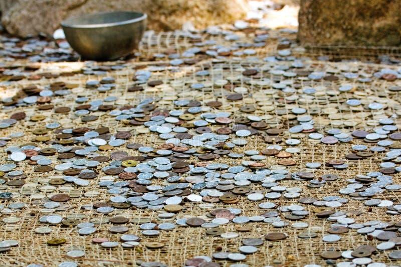 Beaucoup de pièces de monnaie à la prise de masse images libres de droits