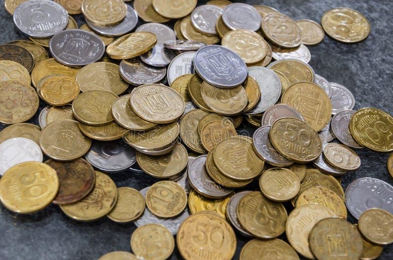 Beaucoup de pièces de monnaie ukrainiennes sur un plan rapproché gris de fond Penny ukrainiens photographie stock libre de droits