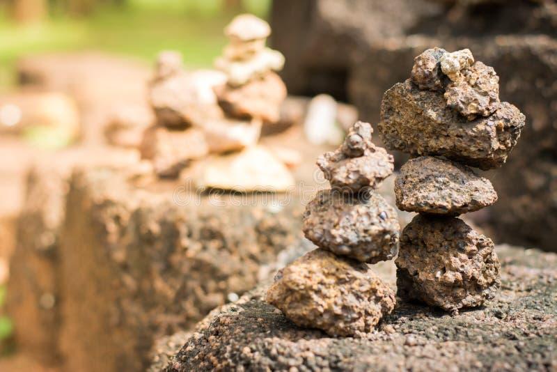 Beaucoup de pierres réglées verticales photo libre de droits