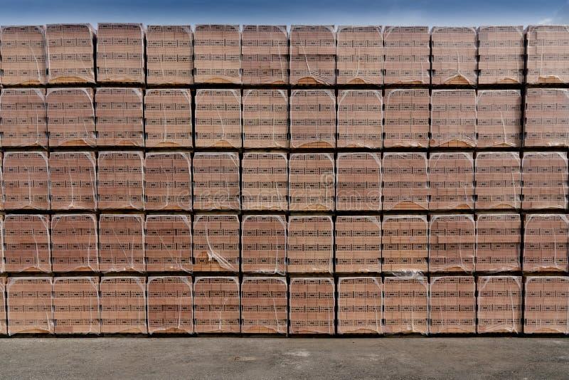 Beaucoup de piles de briques ont empilé la haute photographie stock
