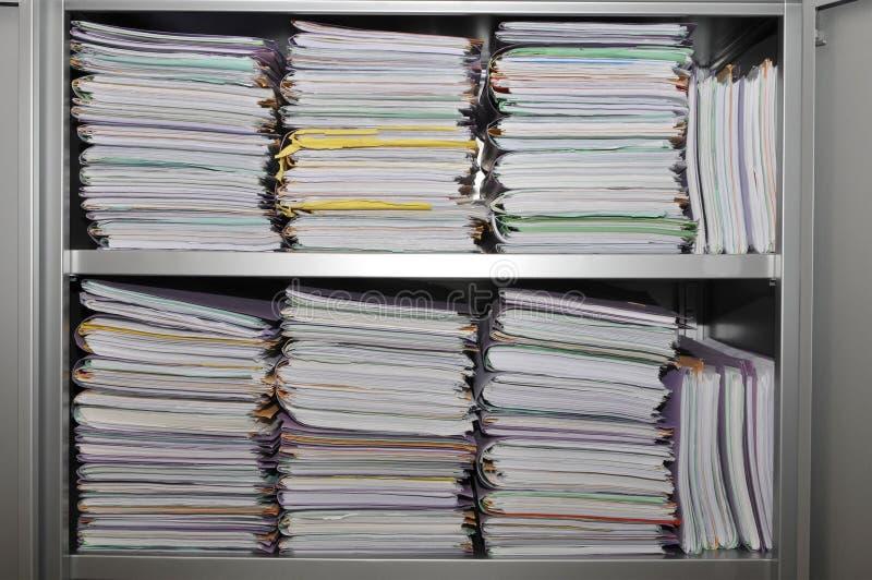 Beaucoup de piles de dépliants image stock