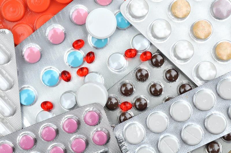 Drogues Rouges De Pilules Sur Le Tableau En Bois Image stock - Image du calmeur, antibiotique ...