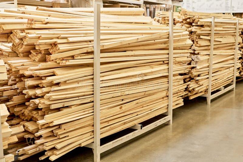 Beaucoup De Planches En Bois Dans Le Magasin De Materiel