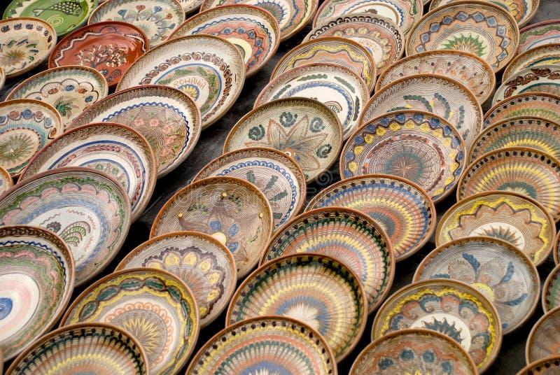Beaucoup de plaques roumaines traditionnelles de poterie photos libres de droits