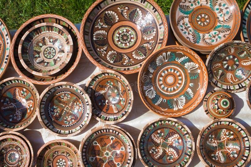 Beaucoup de plats en céramique faits main et peints à la main d'argile avec le modèle floral et abstrait photo libre de droits
