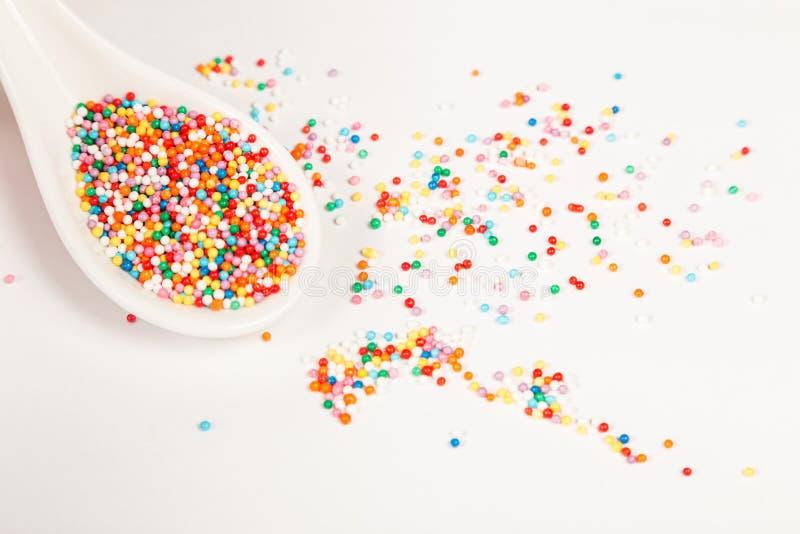 Beaucoup de points de sucre coloré pour arroser la confiserie image libre de droits