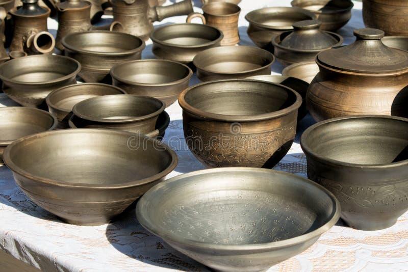 Beaucoup de poterie foncée dans le style rustique traditionnel Plat d'argile image libre de droits