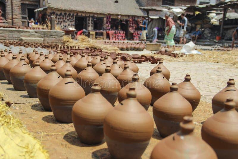 Beaucoup de pots oranges Poterie en céramique traditionnelle dans la ville de Bhaktapur, Népal photos libres de droits