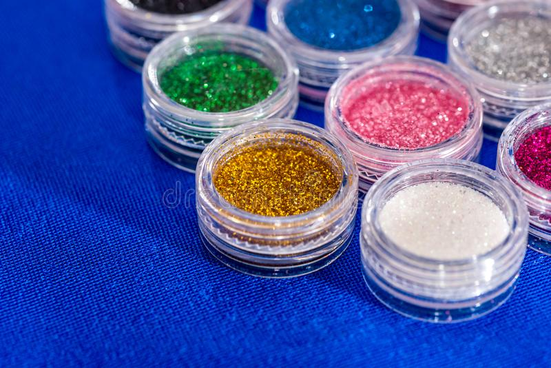 Beaucoup de pots de rond avec le scintillement lumineux multicolore photo libre de droits