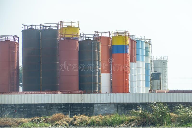 Beaucoup de réservoirs ou de stockage et de coloré pour industriel photographie stock libre de droits