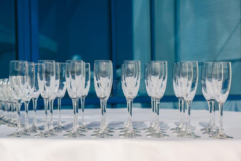 Beaucoup de rangées des verres à vin vides à la table blanche Verre de bienvenue restauration photo stock