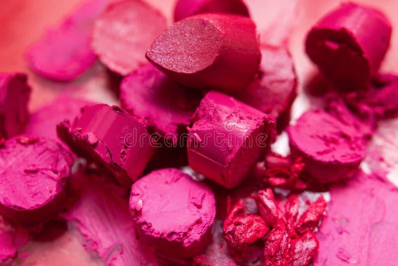 Beaucoup de rouges à lèvres roses ont coupé en vue supérieure de morceaux photo stock