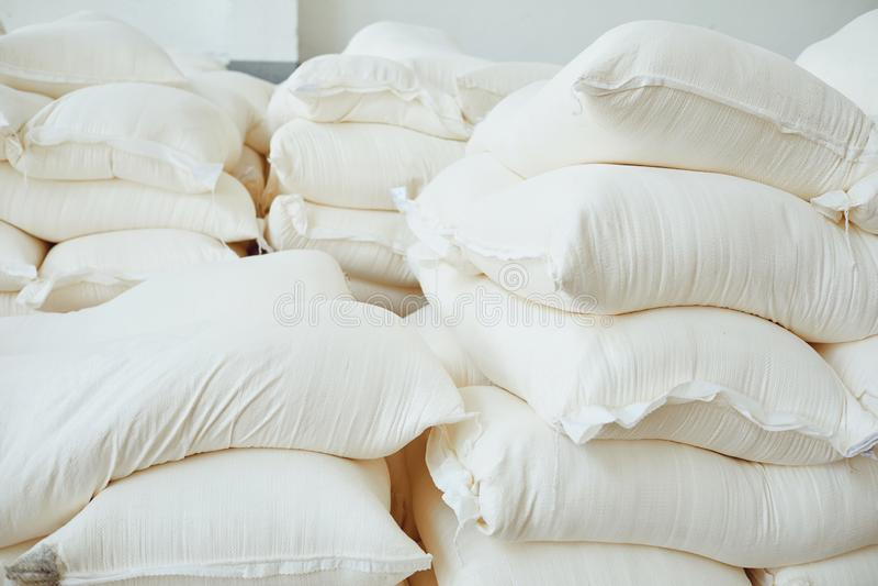 Beaucoup de sacs blancs dans l'entrepôt photo stock