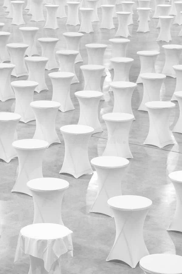Beaucoup de tables rondes blanches, concept de célébration, concept de banquet, concept de conférence, fond de texture, vide images libres de droits