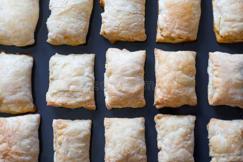 Beaucoup de tartes fraîchement cuits au four photographie stock libre de droits