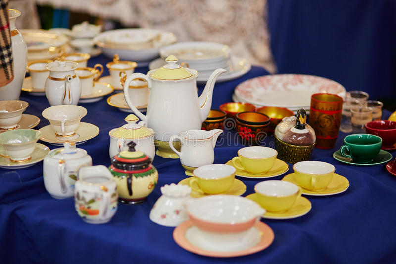 Beaucoup de tasses et broc de thé de porcelaine sur le marché aux puces à Paris image libre de droits