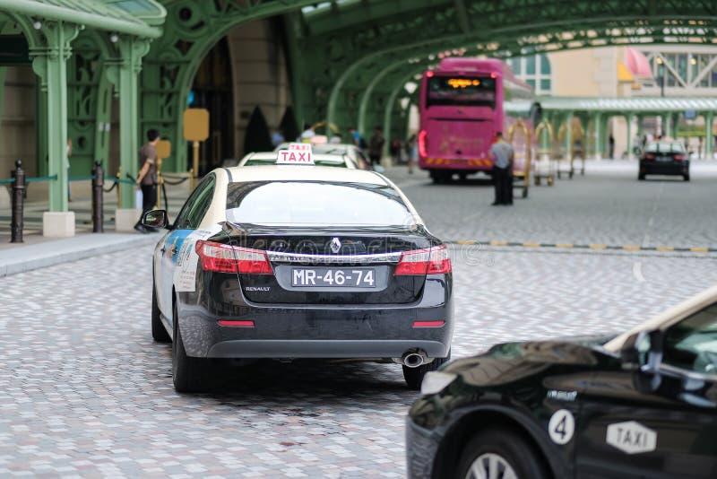 Beaucoup de taxi s'alignant devant Casio parisien au Macao, passagers de touristes de attente Macao, Chine, le 5 juin 2018 images libres de droits