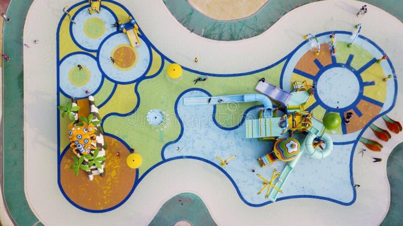 Beaucoup de touristes ont l'amusement dans le parc aquatique image libre de droits