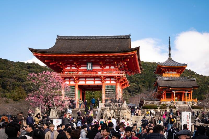 Beaucoup de touristes visitant la porte occidentale de Kiyomizudera photos stock