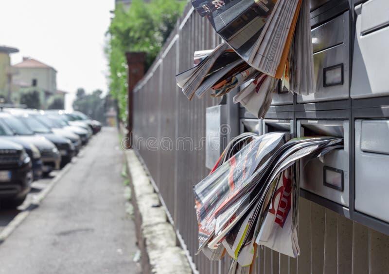 Beaucoup de tracts dans la boîte aux lettres photographie stock libre de droits