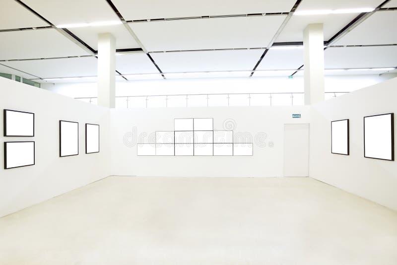 Beaucoup de trames vides dans le musée images stock
