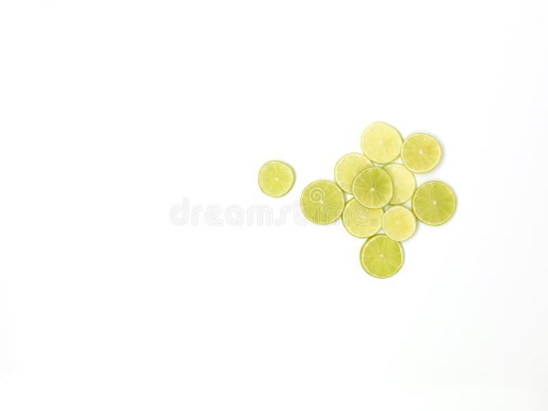 Beaucoup de tranches fraîches de chaux se trouvent admirablement disposé sur un fond blanc photo libre de droits