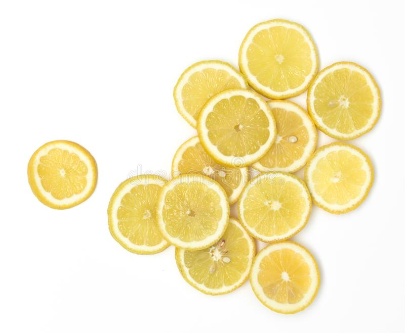 Beaucoup de tranches fraîches de citron se trouvent admirablement disposé sur un fond blanc photos stock