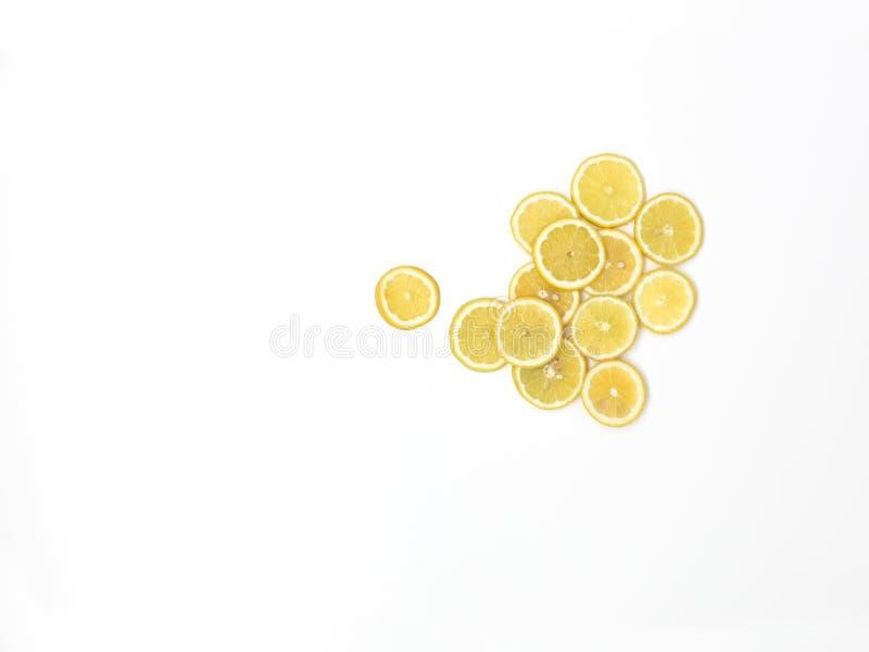 Beaucoup de tranches fraîches de citron se trouvent admirablement disposé sur un fond blanc photographie stock