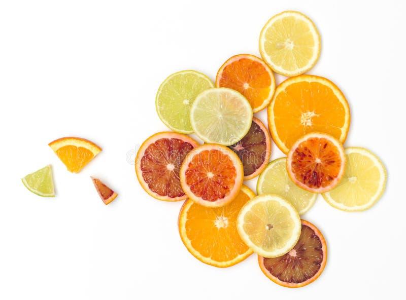 Beaucoup de tranches oranges fraîches, zironen des tranches, tranches de chaux, tranches de kumquat sont bien arrangées sur un fo photo stock