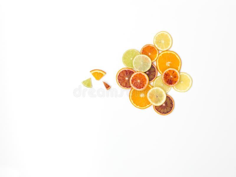 Beaucoup de tranches oranges fraîches, zironen des tranches, tranches de chaux, tranches de kumquat sont bien arrangées sur un fo photo libre de droits