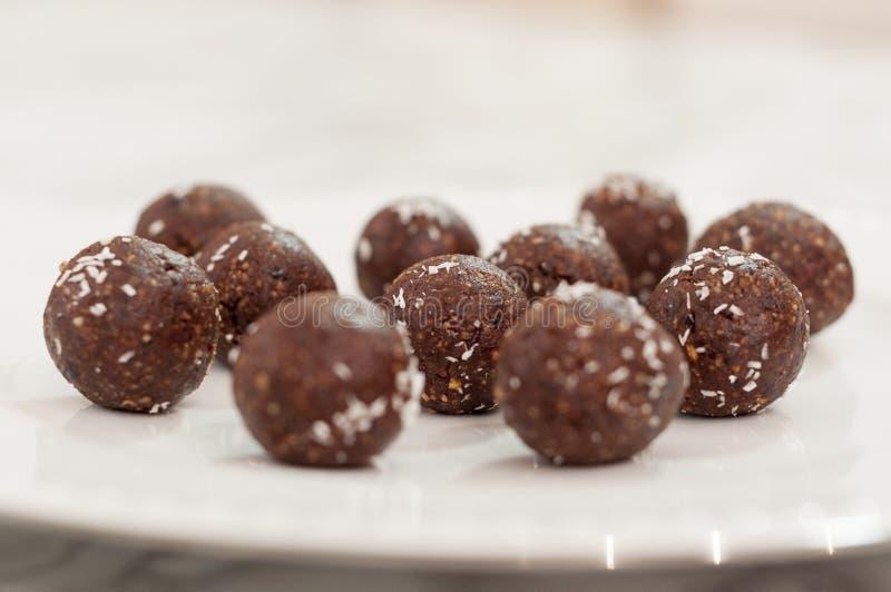 Beaucoup de truffes de chocolat faites main d'un plat blanc images libres de droits
