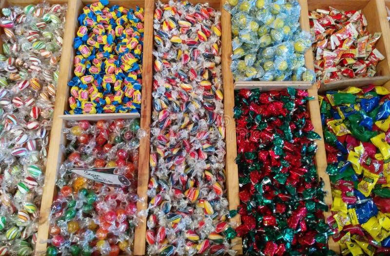 Beaucoup de types de bonbon dur et de gomme sur l'affichage photos stock