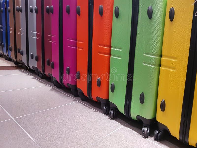 Beaucoup de valises colorées des voyageurs photos libres de droits