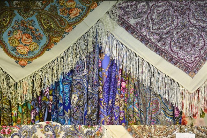 Beaucoup de variantes des foulards traditionnels russes photographie stock