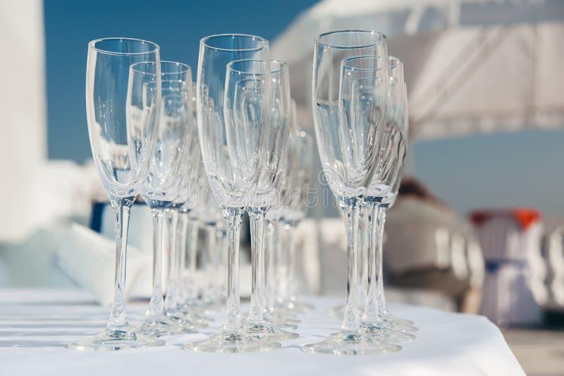 Beaucoup de verres à vin vides dans les rangées à la table blanche Verre de bienvenue restauration photo stock