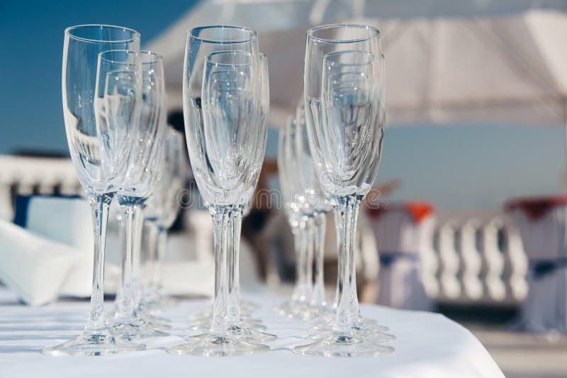 Beaucoup de verres à vin vides dans les rangées à la table blanche Verre de bienvenue restauration photos libres de droits