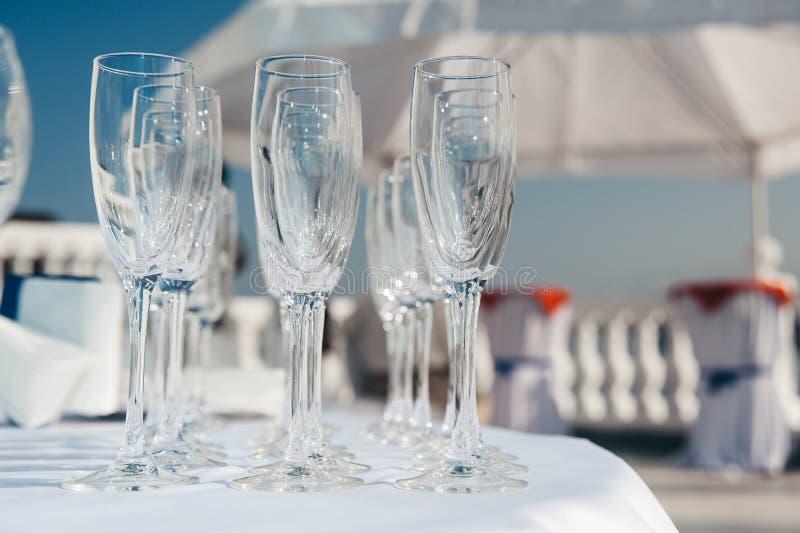 Beaucoup de verres à vin vides dans les rangées à la table blanche Verre de bienvenue restauration images libres de droits