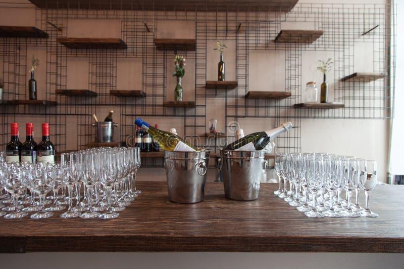 Beaucoup de verres avec du vin blanc sur la table de buffet Foyer mou, foyer sélectif photographie stock