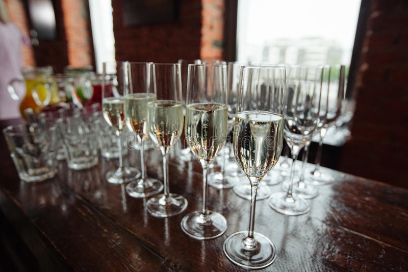 Beaucoup de verres de champagne au-dessus de fond en verre de tache floue photos libres de droits