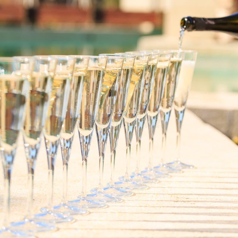 Beaucoup de verres de champagne ou de prosecco pr s de for Piscine de champagne