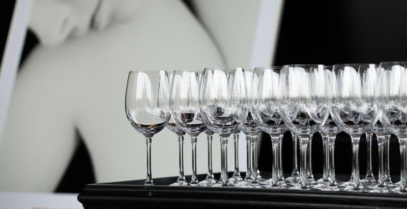 Beaucoup de verres pour des boissons images stock