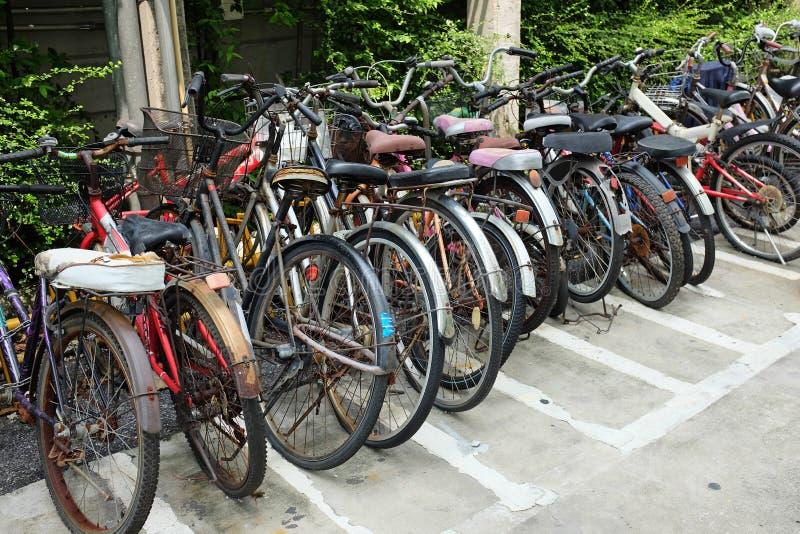 Beaucoup de vieille bicyclette au stationnement image libre de droits