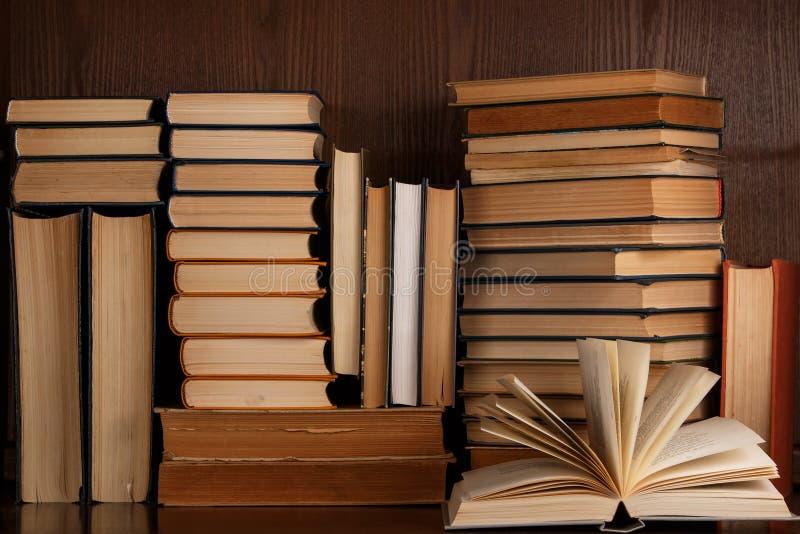 Beaucoup de vieux livres images stock