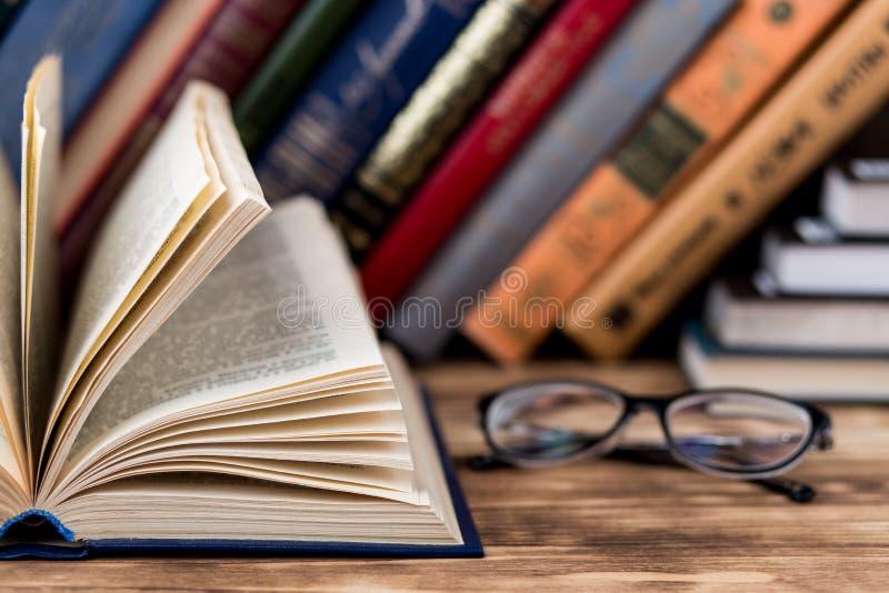 Beaucoup de vieux livres sur le fond en bois La source d'information Ouvrez le livre d'intérieur Bibliothèque à la maison La conn image libre de droits
