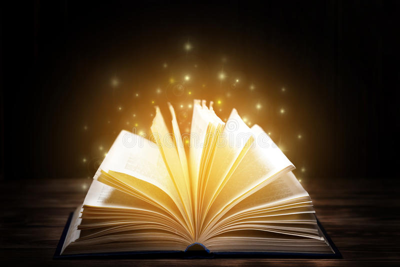 Beaucoup de vieux livres sur le fond en bois La source d'information Ouvrez le livre d'intérieur Bibliothèque à la maison La conn photographie stock libre de droits